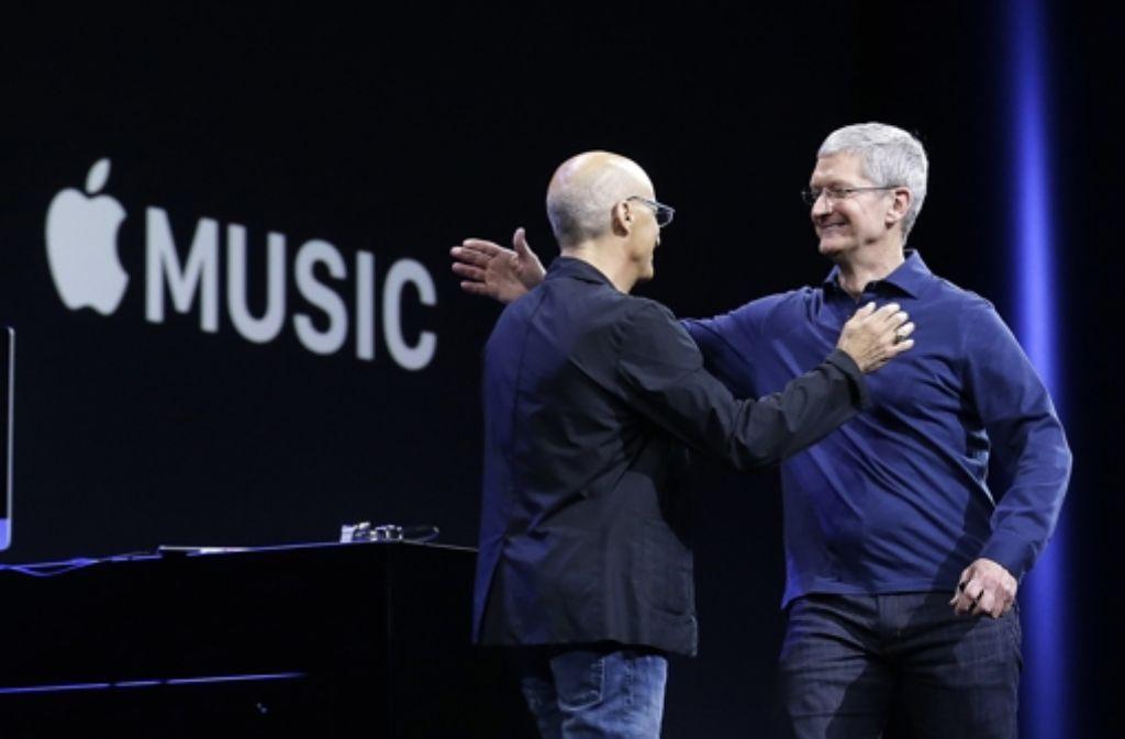 In San Francisco präsentierten Apple-Chef Tim Cook (rechts) und  Jimmy Iovine, Mitgründer der Kopfhörermarke  Beats,  den Streaming-Dienst Apple Music. Foto: