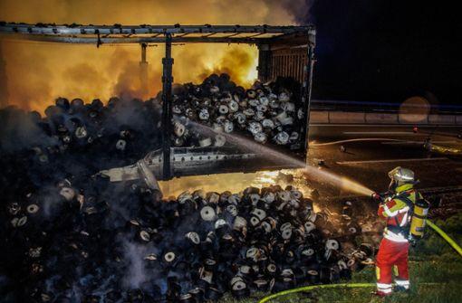 Lkw brennt aus auf der Autobahn bei Rutesheim