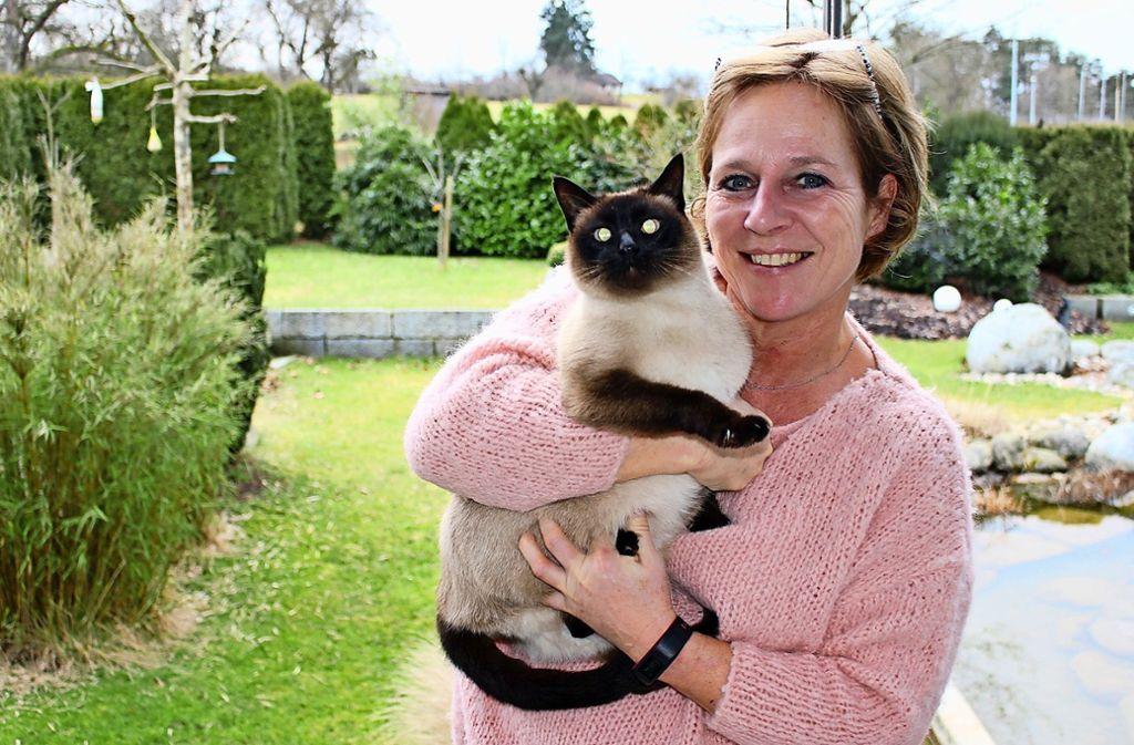 Astrid Hagen mit ihrem Kater Findus: Der 13-jährige Siamkater ist Freigänger und bereits im Alter von sechs Monaten kastriert worden. Foto: Caroline Holowiecki