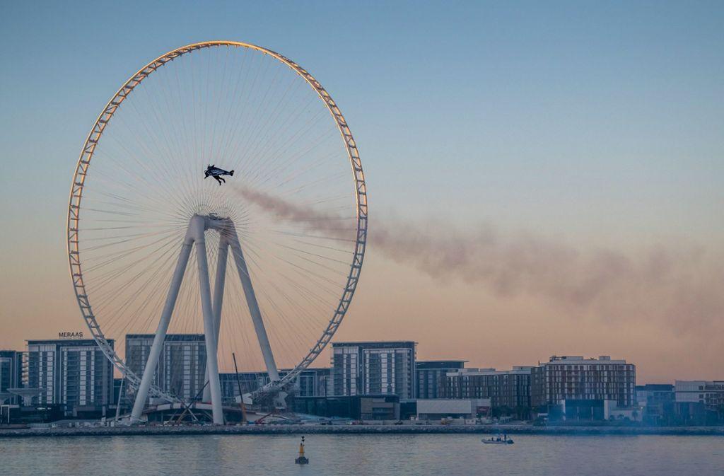 Um Werbung für die Weltausstellung in Dubai 2020 zu machen, flog Yves Rossy mit einem Jetpack auf dem Rücken im Februar durch Dubai. Foto: AFP