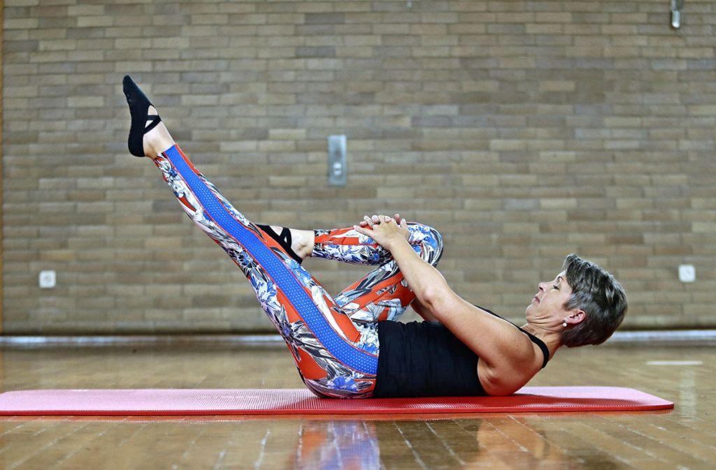 Das linke Bein leicht vom Boden lösen und in die Länge schieben.  Foto:  Baumann