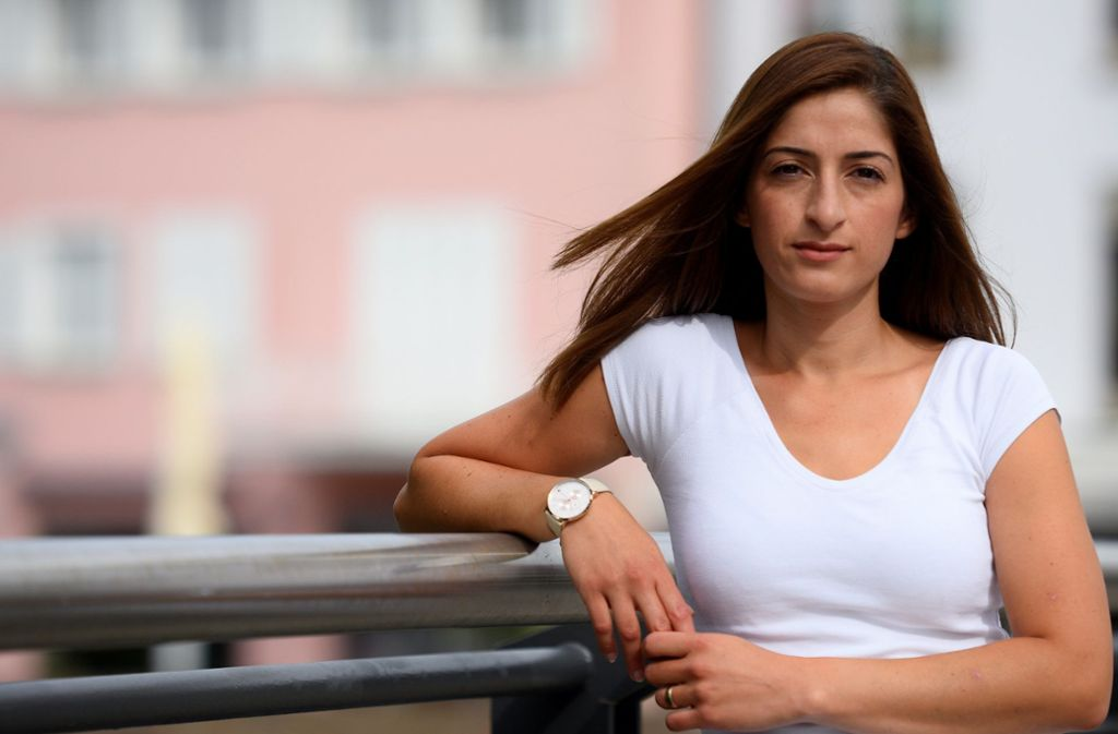 Mesale Tolu lehnt an einem Brückengeländer. Die aus Ulm stammende Journalistin wurde in der Türkei aus politischen Gründen inhaftiert und kam im August 2018 nach Deutschland zurück. Foto: dpa