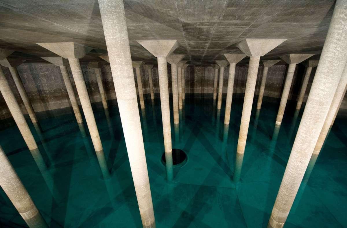 Eine mit Trinkwasser gefüllte Wasserkammer. Foto: dpa/Sebastian Kahnert