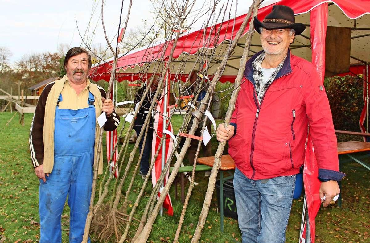 Der OGV Steinenbronn hat 56 Obstbäume verschenkt. Hier im Bild links der Vorsitzende Willi Walz und rechts sein Stellvertreter Rolf Hertfelder. Foto: Caroline Holowiecki