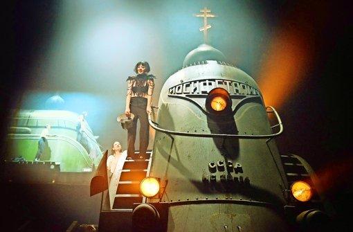 Auf der Lokomotive des sowjetischen Fortschritts: Hanna Plaß (vorne) und Astrid Meyerfeldt im Schauspielhaus Foto: Thomas Aurin