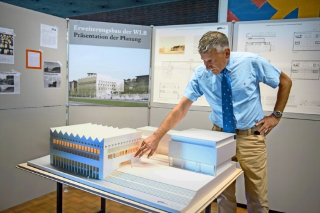 Platz für die Bücher: Direktor Hannsjörg Kowark dringt darauf, dass der Neubau der Landesbibliothek von  Frühjahr 2015 an gebaut werden kann. Foto: Martin Stollberg