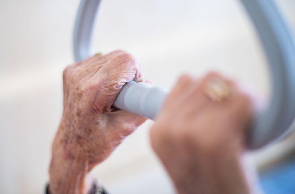 Pflegeheime sind derzeit besonders gefährdet. Auch im Land gibt es Coronafälle dort. Foto: dpa/Tom Weller