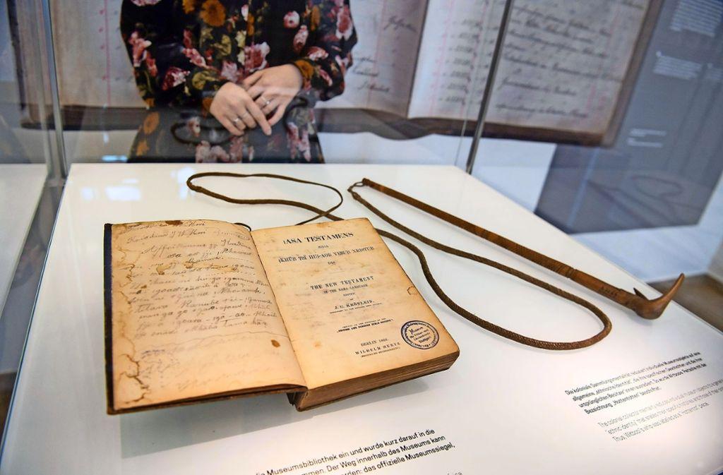 Bibel und Peitsche von Hendrik Witbooi, einem Nama-Anführer, kehren nach Namibia zurück. Foto: dpa