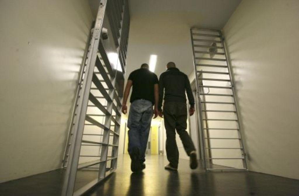 Wenn Häftlinge aus dem Gefängnis entlassen werden, wissen sie oft nicht, wie es weitergeht. Das haben auch die Erfahrungen des Schwarzen Kreuzes gezeigt. Foto: Steinert