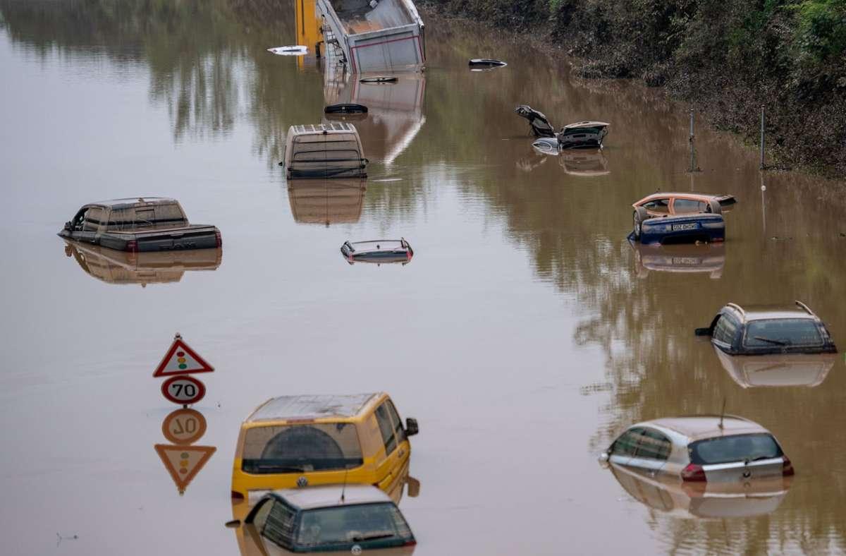 Verheerende Folgen des Hochwassers: Autos stehen auf der überfluteten B265 bei Erftstadt in Nordrhein-Westfalen im Wasser Foto: dpa/Marius Becker