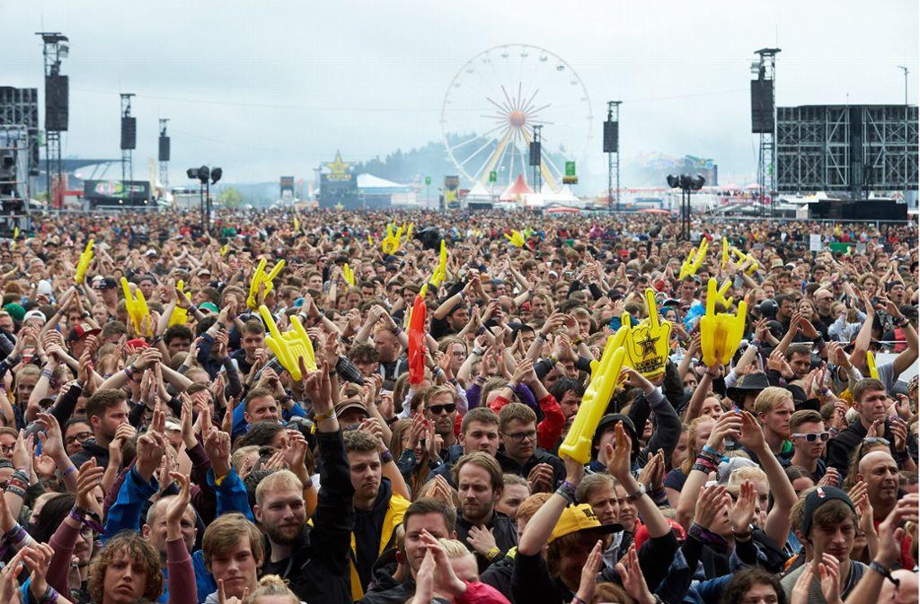 "Rockfans drängen sich vor der Hauptbühne des Musikfestivals ""Rock am Ring"". Foto: dpa"