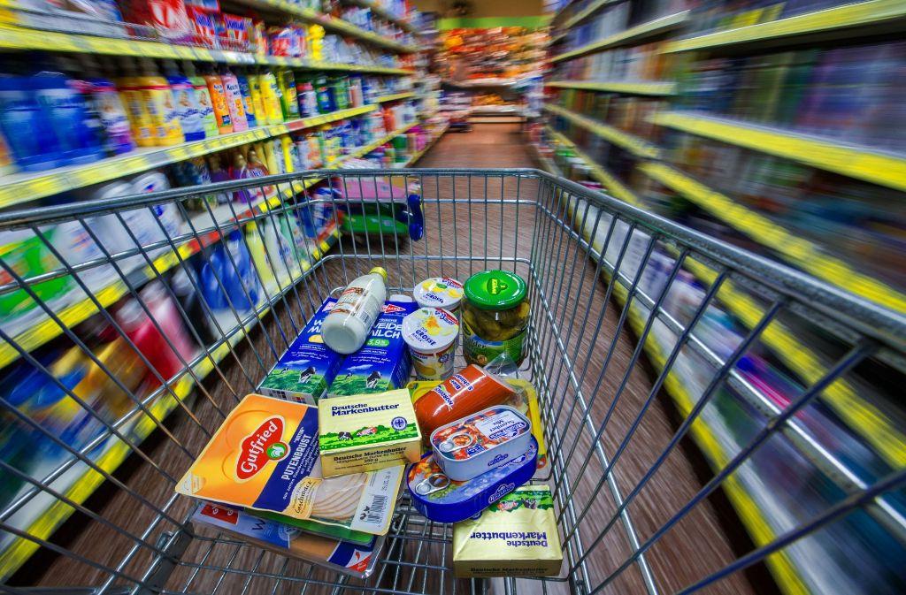 Männer kaufen in geschlossenem Supermarkt ein