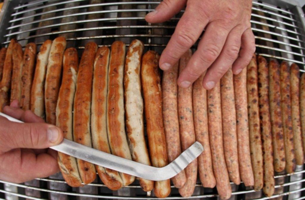 Bratwürste und dünnes Fleisch nehmen das Aroma des Kohlerauchs sowieso nur wenig auf und können deshalb auch auf einem Gas- oder Elektrogrill lecker zubereitet werden. Foto: dpa