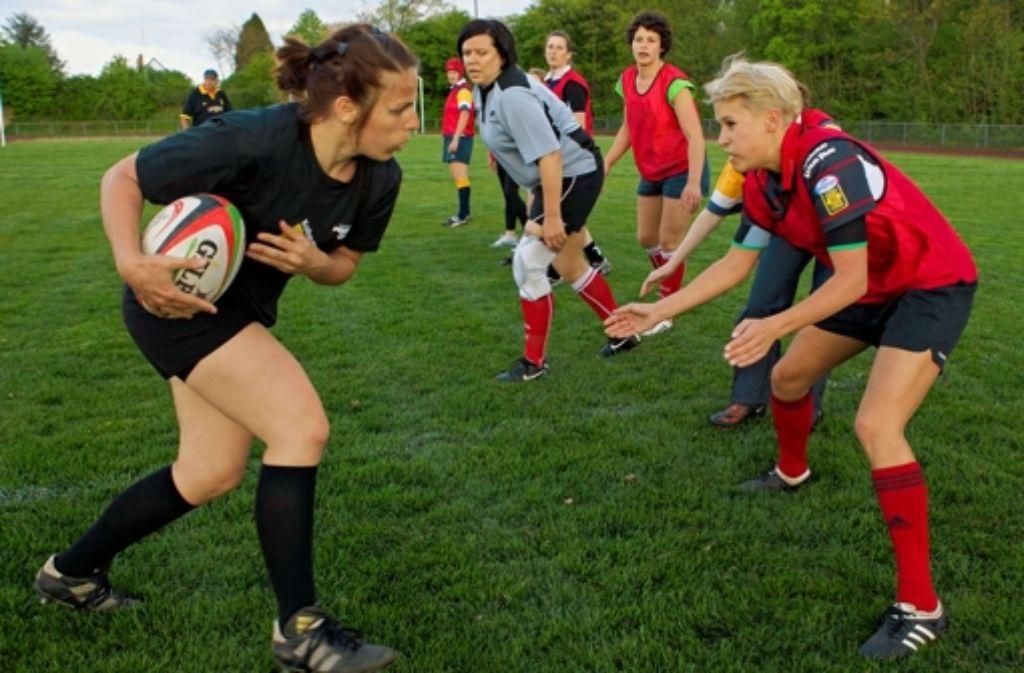 Beim Stuttgarter Rugby-Club geht es zur Sache, auch bei den Damen. Da kann es schon mal passieren, dass eine Spielerin nach dem Training mit einem blauen Auge heim kommt. Foto: Philipp Tharang