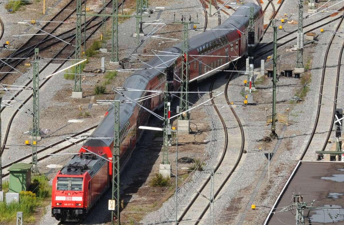 Gleise hinter dem Hauptbahnhof Stuttgart: Nur eine Minderheit im Rathaus wünscht sich, dass man noch ein wenig länger ein paar oberirdische Schienen haben könnte. Foto: dpa/Franziska Kraufmann