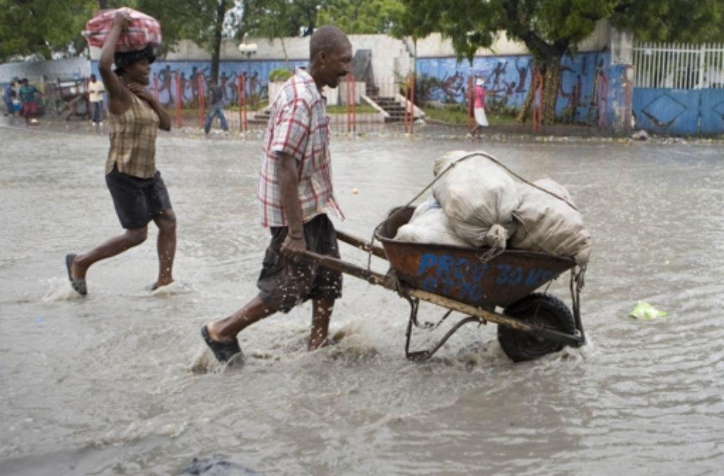Ein geplagtes Land: in Haiti führen die Hurrikans zu Überflutungen. Das Wasser steigt knöchelhoch in den Straßen von Port-au-Prince. Foto: AP