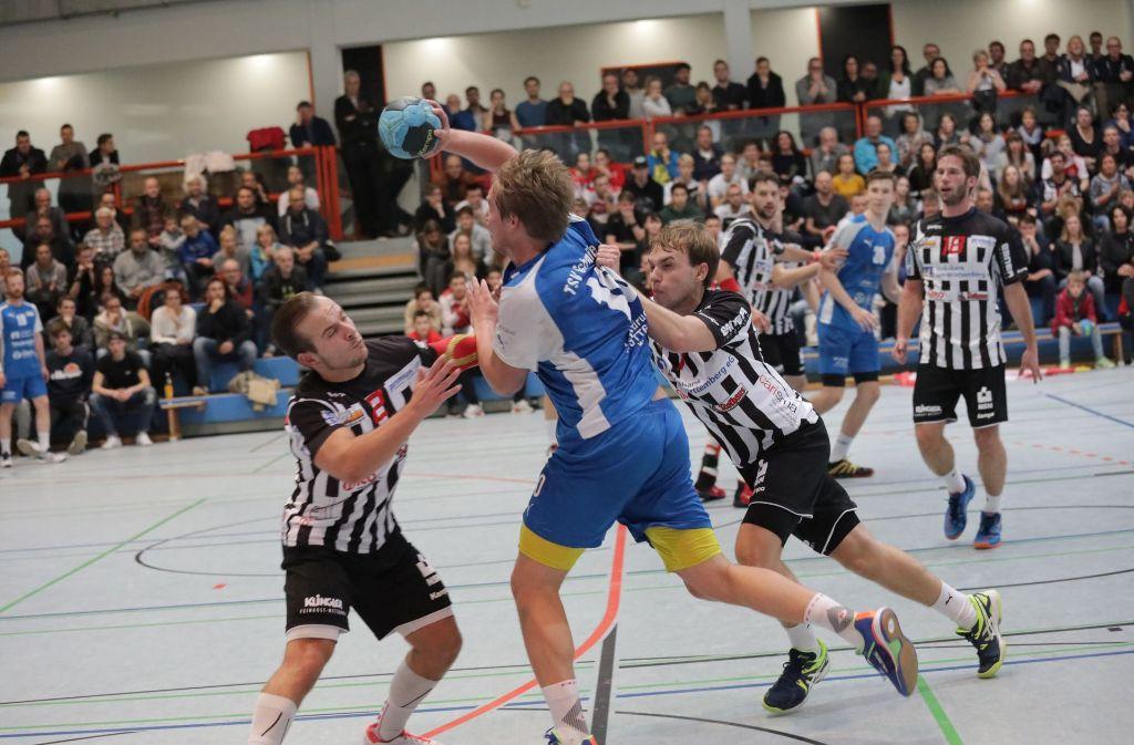 Die Handballer des TSV Schmiden um Simon Junker  versuchen sich wie ihre Konkurrenten des SV Fellbach aus allen Lagen am Torerfolg. Foto: Patricia Sigerist