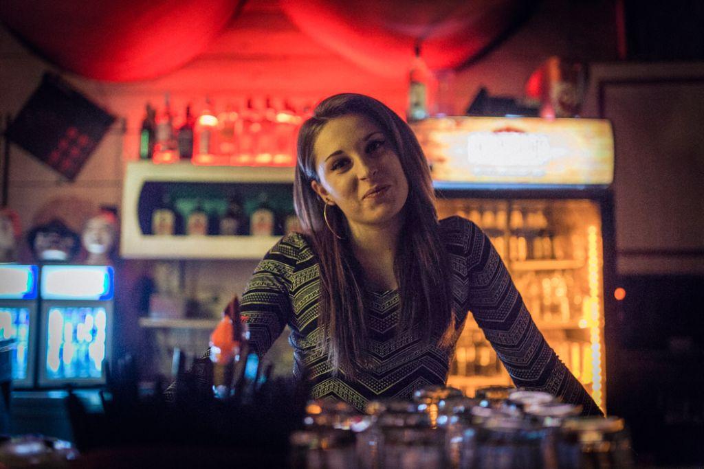 Karina hat immer ein offenes Ohr für ihre Gäste - und einen vor allem für weibliche Stammkundschaft kreierten Longdrink. Foto: Moritz Schmid / www.schmidmoritz.de