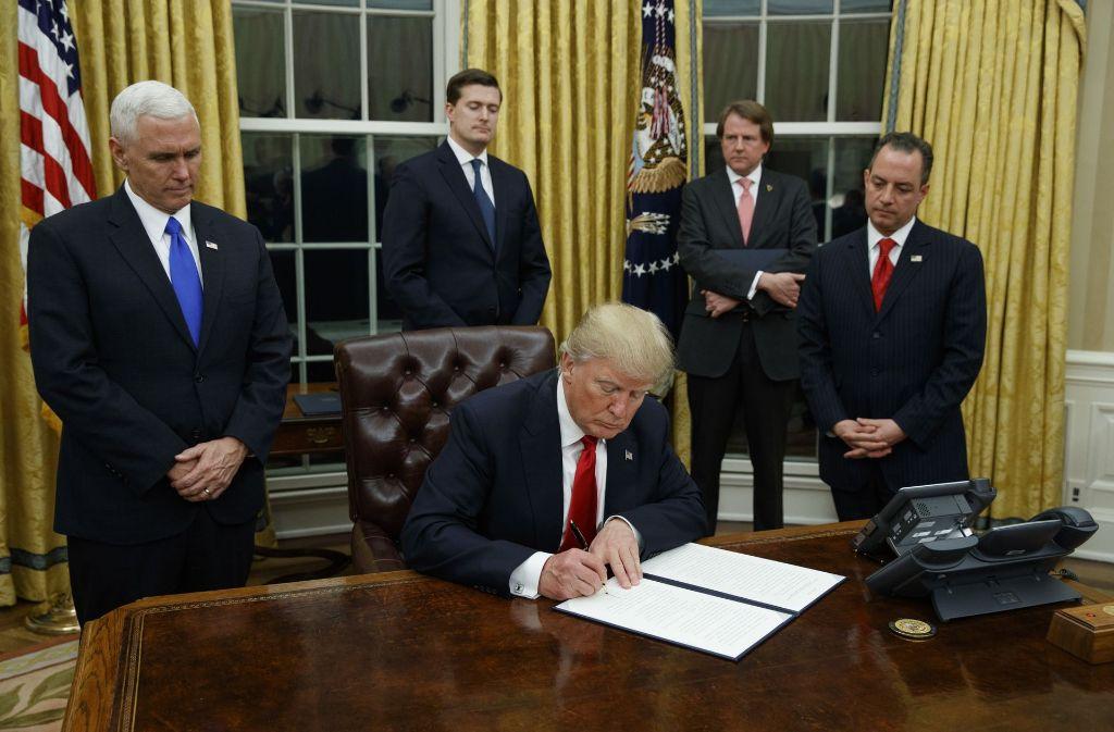 Im Oval Office des Weißen Hauses hat Donald Trump kurz nach Amtsantritt Dekrete unterzeichnet. Foto: AP
