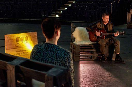 Pop-Star singt in leerer Arena für einen einzigen Fan
