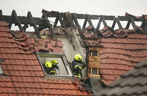 Ultraleichtflugzeug stürzt auf Wohnhaus: Drei Tote