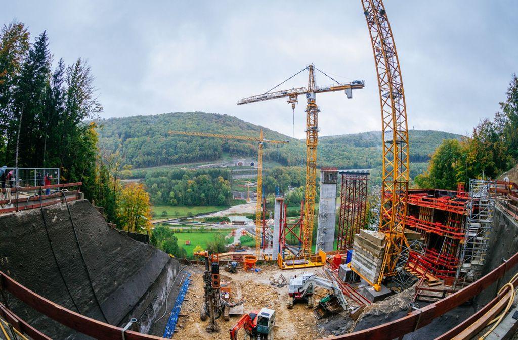 An vielen Stellen der Neubaustrecke wie hier am Filstalviadukt läuft noch der Rohbau. Die Bahn hat nun aber bereits den Auftrag zum Gleisbau vergeben. Foto: Horst Rudel