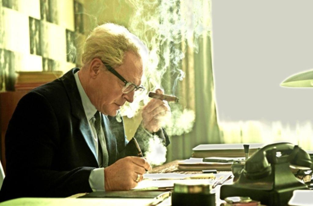 Fritz Bauer (Burghart Klaußner) arbeitet bis zur Erschöpfung, um Nazis vor Gericht zu bringen. Foto: Verleih