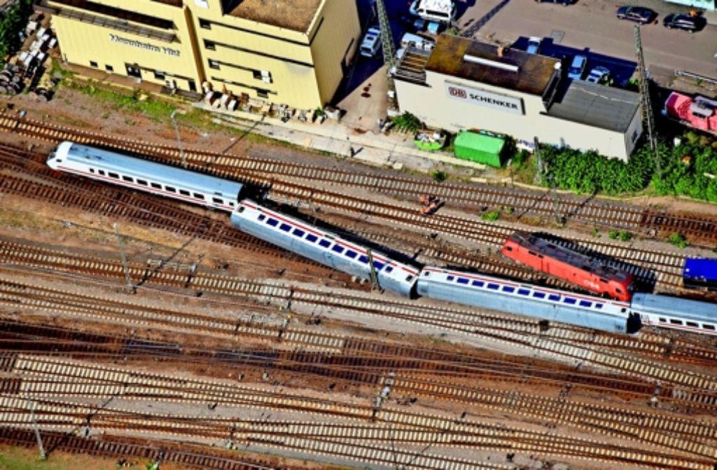 So sah es am 2. August nach dem Unfall aus:  die beiden umgekippten Waggons eines Eurocitys und die Lok eines Güterzugs im Hauptbahnhof von Mannheim Foto: dpa