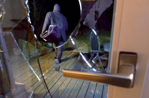Weil sie krank im Bett liegt, überrascht eine Frau in Weissach-Flacht einen Einbrecher, der daraufhin flüchtet. Foto: dpa (Symbolbild)