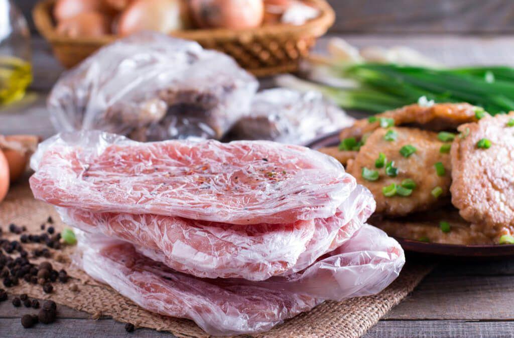 So braten Sie gefrorenes Fleisch richtig. Erfahren Sie, worauf Sie beim Auftauen und Braten von gefrorenem Fleisch achten müssen. Foto: Ahanov Michael / Shutterstock.com