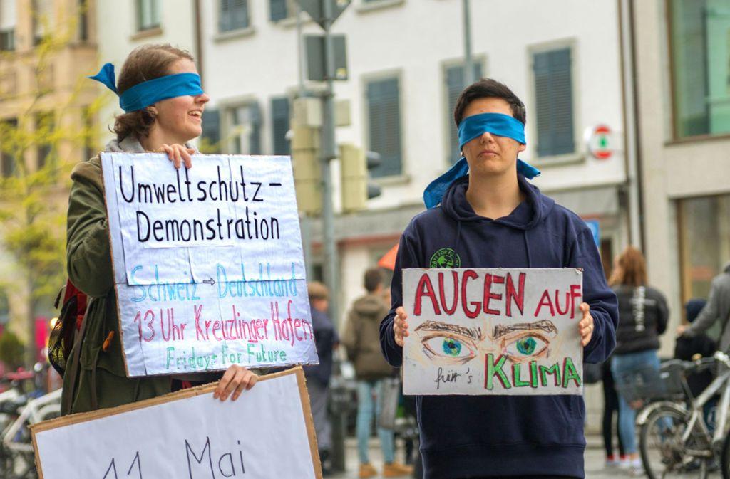 Julian Kratzer (rechts) und die Psychologiestudentin Julia laden mit ihrer Aktion zur deutsch-schweizerischen Demo ein. Foto: Fridays for Future Konstanz