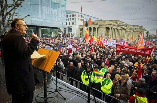 Bischof July zeigt Gewalt die rote Karte und mit ihm  tun das Tausende auf dem Schlossplatz. Foto: Lichtgut/Kovalenko