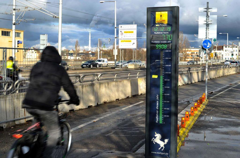 In wenigen Tagen ist die Million Radpassagen bei der Zählstelle der Hauptradroute 1 auf der König-Karls-Brücke in Bad Cannstatt voll. Foto: Lichtgut/Max Kovalenko