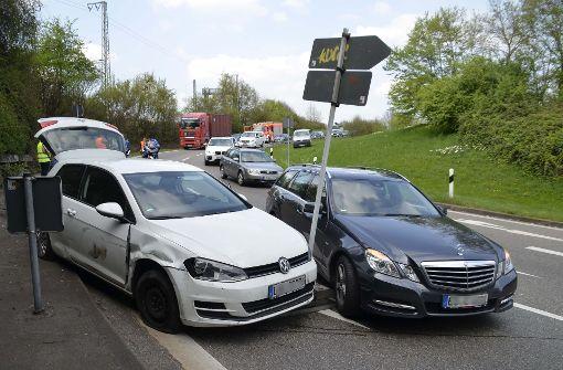 Unfall führt zu Verkehrschaos auf B10 und B27
