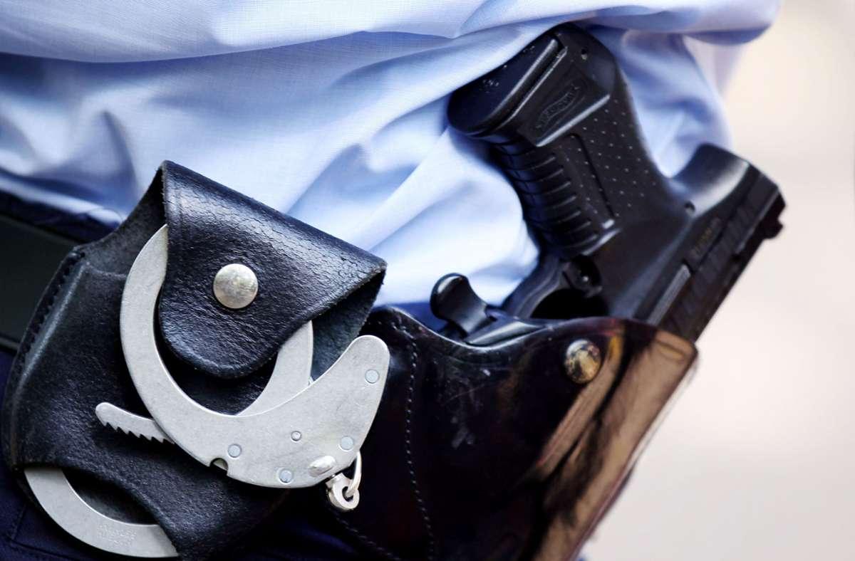 Polizeibeamte nahmen den Verdächtigen in einem Laden in der Kronenstraße in Stuttgart fest. (Symbolbild) Foto: dpa/Oliver Berg