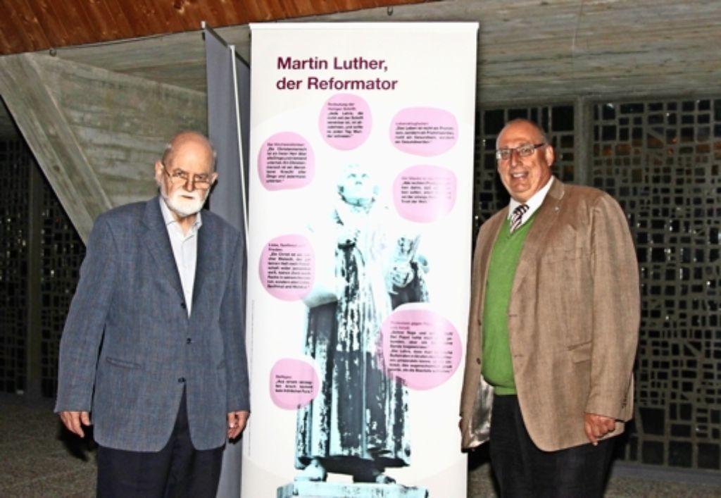 Pfarrer Hans-Peter Ziehmann (r.) und Prälat i. R. Paul Dieterich präsentieren die Ausstellung in der Steckfeldkirche. Foto: Gerlinde Ehehalt