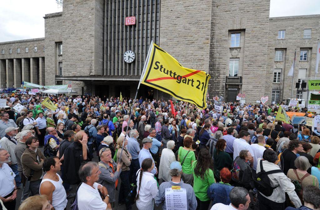 Auch nach Jahren noch aktiv: Besucher einer Montagsdemo gegen Stuttgart21. Foto: dpa