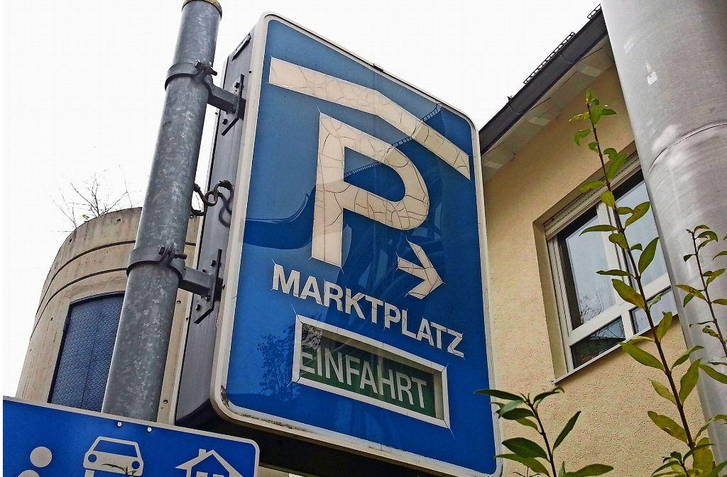 Auch die Hinweisschilder für das Parkhaus sind in die Jahre gekommen, sie werden ersetzt. Foto: Otto