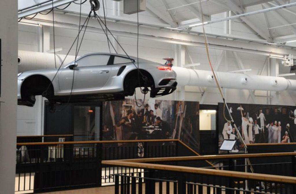 Eine schwebende Porsche-Karosserie dient im Urbanharbor als Designobjekt Foto: Susanne Roeder