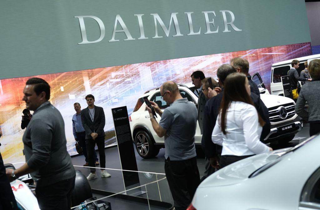 Die Daimler-Aktionäre haben großes Interesse an den Fahrzeugen – und am Essen. Foto: Getty Images
