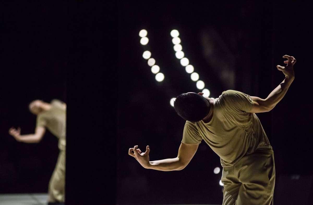 """""""Lieben Sie Gershwin?"""" heißt Marco Goeckes abendfüllende Produktion für Gauthier Dance. Der Reigen von Soli (hier mit Shawn Wu) hatte im Oktober Premiere und ist nun an drei Tagen in einer Aufzeichnung auf dem Youtube-Kanal des Theaterhauses zu erleben. Foto: Gauthier Dance/Jeanette Bak"""