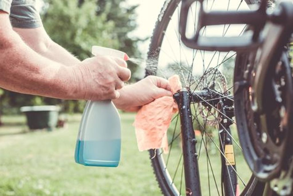 Wer sein Rad liebt, schrubbt. Der Winterschmodder muss runter - es lebe der Frühjahrsputz. Auch beim Fahrrad. Foto: Shutterstock/Simon Kadula