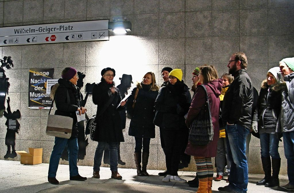 Zum Auftakt der Museumsnacht ging es in Feuerbach vom Wilhelm-Geiger-Platz aus zu den Feuerbacher Stadtgeschichten. Foto: