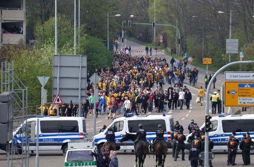 Stadtbahn und Fanmarsch halten Polizei in Atem