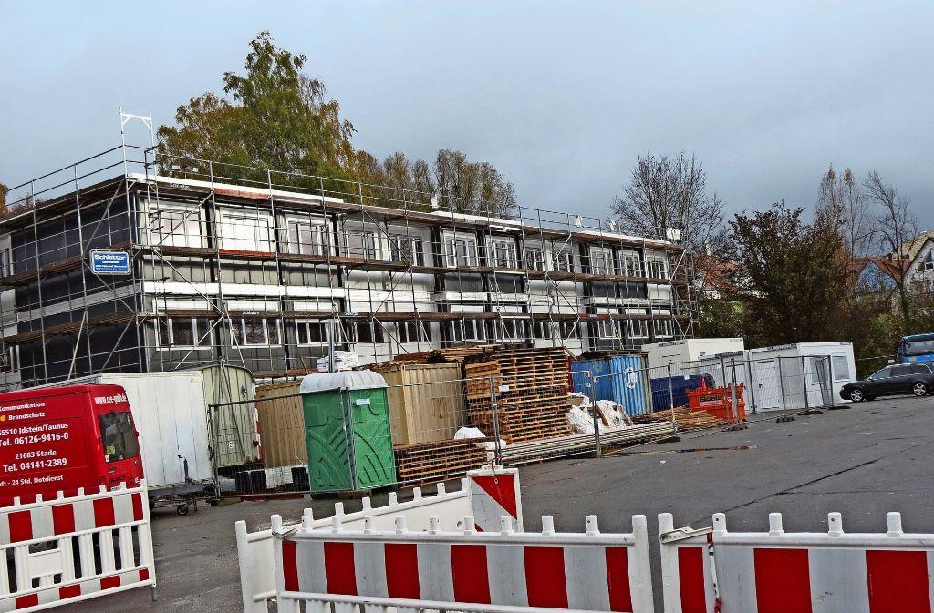 Das Flüchtlingsheim auf dem Festplatz ist fast fertig, für die Flüchtlingsunterkunft des Kreises auf dem Areal vor dem NH-Hotel läuft noch das Genehmigungsverfahren. Foto: Otto-H. Häusser