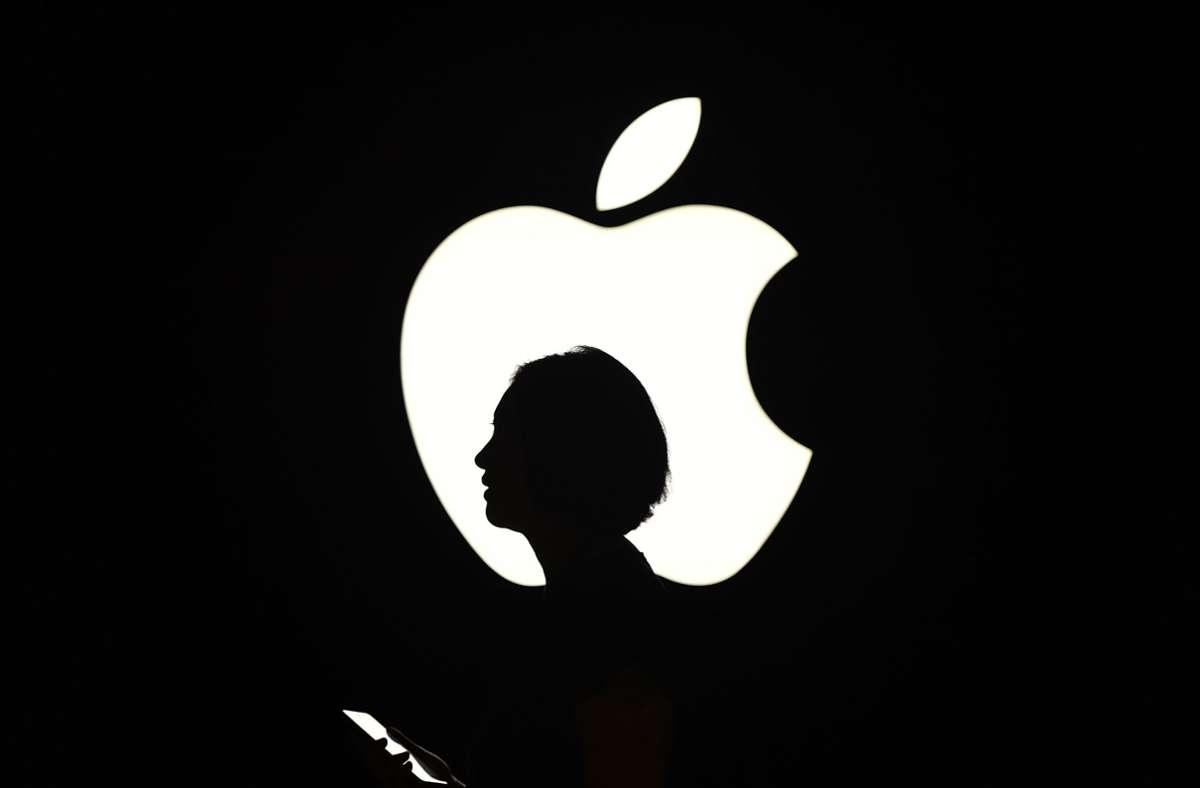 Apple arbeitet vermutlich an einem klappbaren iPhone. Ein neues Patent zeigt, wie das Gerät mit Scharnier funktionieren soll. Foto: AFP/JOSH EDELSON