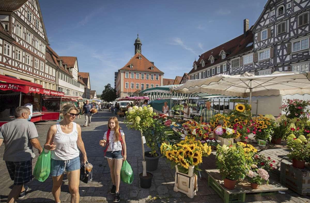 Knapp 60 Standplätze gibt es auf dem Schorndorfer Wochenmarkt. Um die Attraktivität zu erhalten, wurde unter anderem ein Angebotsmix festgelegt. Foto: