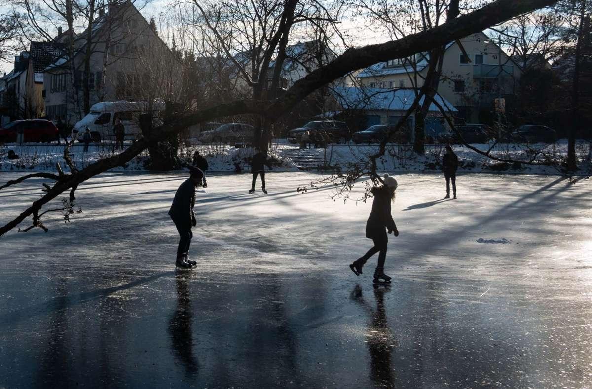 Laut DLRG besteht trotz der Temperaturen keine Garantie dafür, dass Eisflächen im Südwesten dick genug fürs Schlittschuhfahren sind. Foto: Lichtgut/Achim Zweygarth