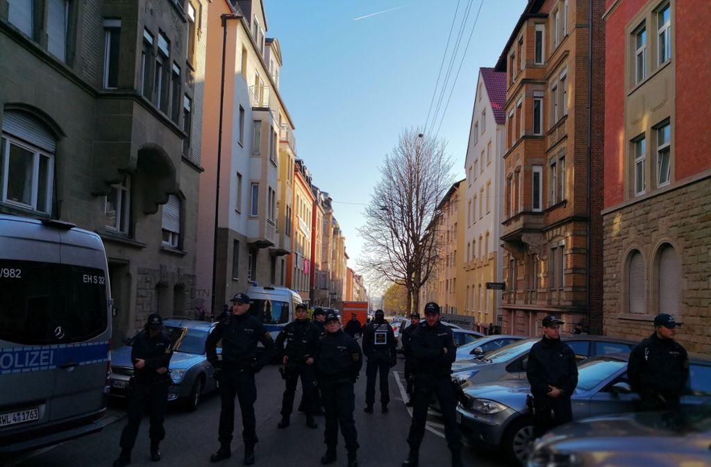 Die Polizei räumt die Forststraße. Foto: Andreas Rosar