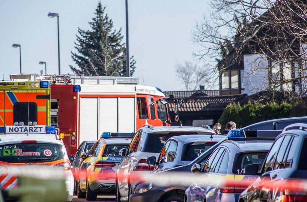Einsatz in Holzgerlingen: Einsatzkräfte von Polizei und Feuerwehr stehen in einem Wohngebiet in einer von der Polizei abgesperrten Zone. Die Polizei hat in einem Wohnhaus die Leichen von zwei Männern und einer Frau gefunden. Foto: dpa/Dettenmeyer